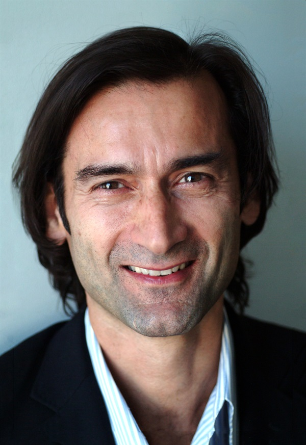 Dr. Sascha Jovanovic Tissue Augmentation and Immediate Tooth Replacement for Optimal Implant Esthetics and Success